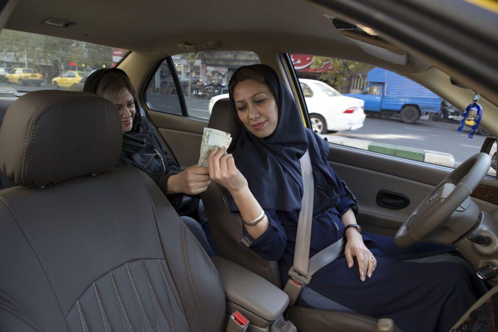 Leila(43) is van weinige vrouwelijke taxichauffeurs in Tehran. Dochter Paria(23) en zoon Sasan wonen samen met haar in Tehran.