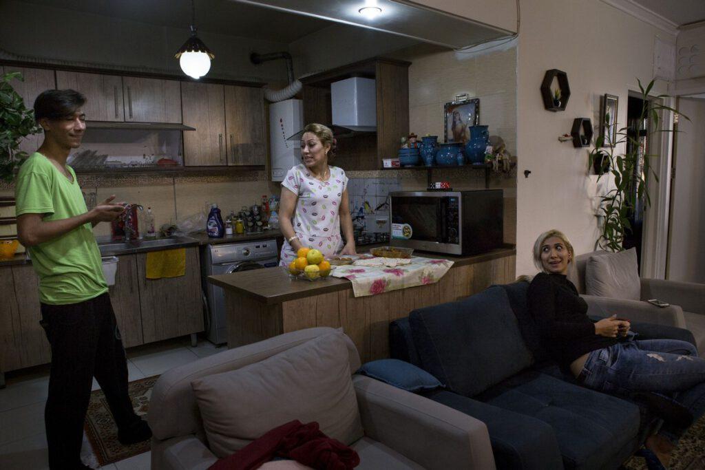 Leila(43) is van weinige vrouwelijke taxichauffeurs in Tehran. Dochter Paria(23) en zoon Sasan wonen samen met haar in Tehran