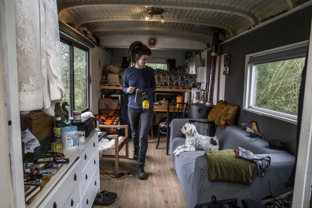 Anne-Marie (30) woont al 1 jaar samen met Nies in hun net opgeknapte schaftkeet. Zij werkt als assistent project leider.