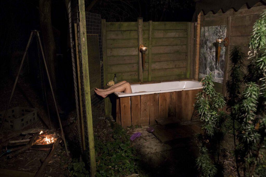 Lilian (50) een bewoner van het dorpje neemt een bad in haar tuin.