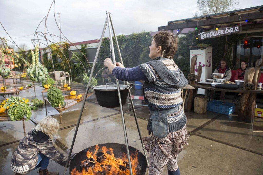 Lilian (50) woont al 9 jaar op het terrein. Zij werkt als levendestandbeeld, Papier-Maché docent, algemeen medewerker bij blauwekiker en kok bij de circus Zanzara.