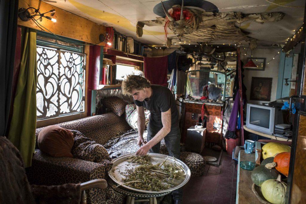 Arild (50) is een metaalkunstenaar. Hij woont bijna 9 jaar op het terrein. Hij woont al 25 jaar in een woonwagen in een kunstenaarsgenootschap op verschillende terreinen.