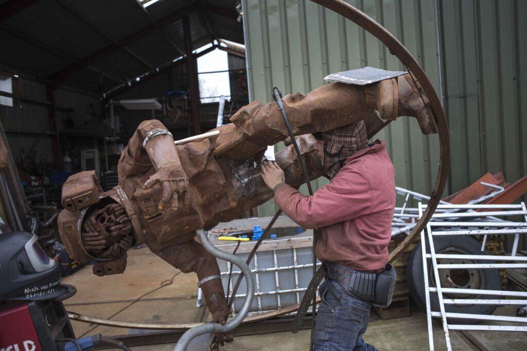 Niels (29) is beeldhouwer, hij heeft fine arts gestudeerd op Artez Arnhem. Niels heeft al 6 jaar een werkplaats op het terrein en woon 5 jaar in een woonwagen.